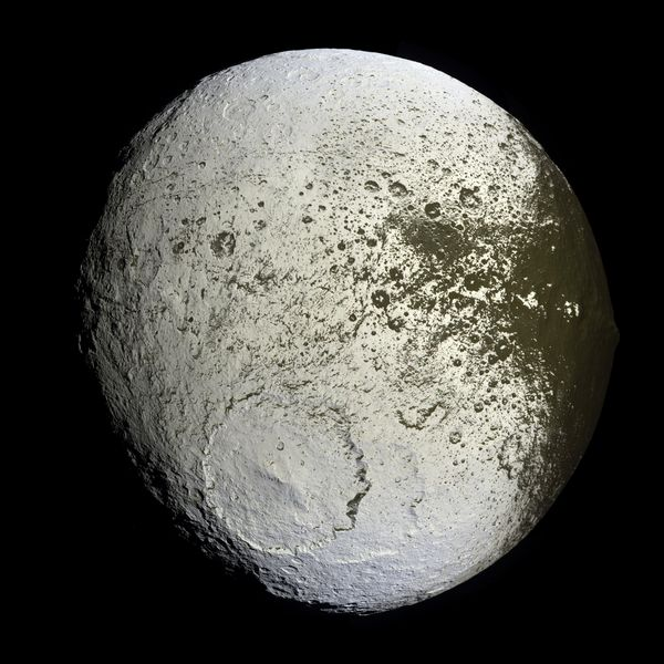 Saturn iapetus2 cassini big.jpg